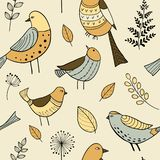 Sömlös modell med utdragna klotterfåglar för gullig hand vektor illustrationer