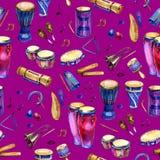 Sömlös modell med valsar och slagverk i vattenfärgstil och dekorativa geometriska beståndsdelar på purpurfärgade rosa färger royaltyfri foto