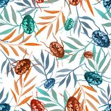Sömlös modell med vattenfärgskalbaggar och färgrika filialer royaltyfri illustrationer