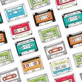 Sömlös modell, plast- kassett, ljudband med olik musik Hand dragen färgrik bakgrund, retro stil