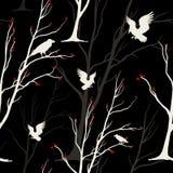 Sömlös monokrom modell för vektor med fåglar, ravens, Arkivbilder