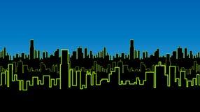 Sömlös remsa av staden på natten med grön neonfärg Livligt glöd av konturerna av högväxta byggnader Royaltyfria Bilder