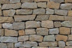 Sömlös stenvägg som göras med gamla tegelstenar arkivfoto