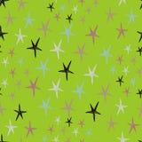 Sömlös stjärnamodell med färgrika klotter på en grön bakgrund Royaltyfria Bilder