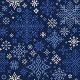 Sömlös stucken modell av blåa och vita snöflingor Arkivbild