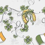 Sömlös textur för Sts Patrick dag med en hästsko och flaggan av Irland Arkivbilder