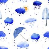 Sömlös vattenfärgmodell av regnmoln och paraplyer Royaltyfri Fotografi