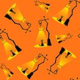Sömlös vektorbakgrund med designbeståndsdelar: halloween pumpalampor och svart katt på orange bakgrund Royaltyfria Foton