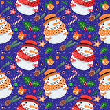 Sömlös vektormodell för jul med snögubbear i hatt och halsduk stock illustrationer