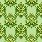 Sömlös vektormodell med djur Symmetrisk bakgrund med dekorativa sköldpaddor för closeup på den gröna bakgrunden stock illustrationer