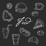 Sömlös vektormodell med mat och drinkar för hand utdragen på en svart tavlabakgrund stock illustrationer