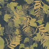 Sömlös vektormodell med ormbunken och höstsidor Bakgrund i en kamouflagestil Royaltyfri Bild