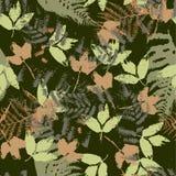 Sömlös vektormodell med ormbunken och höstsidor Bakgrund i en kamouflagestil Arkivfoto