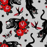 Sömlös vektormodell med tatueringrosor, svarta pantrar, fåglar och fjärilar på grå bakgrund stock illustrationer