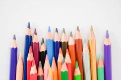Sömlösa kulöra blyertspennor ror på vit målningpappersbakgrund Royaltyfria Foton
