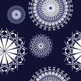 Sömlösa prydnader som är vita på mörker - blått Arkivfoton