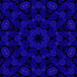 Sömlöst centrerat prydnadmörker - blåa lilor svärtar royaltyfri illustrationer