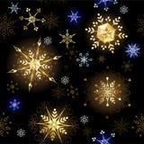 Sömlöst med guld- snöflingor Arkivfoton