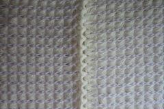 Sömmen mellan två delar av vit stack tyg Arkivfoto