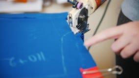 Sömmerska Cutting Fabric arkivfilmer