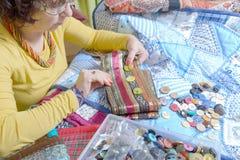 Sömmerska som arbetar på hennes patchwork Royaltyfria Bilder