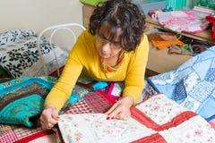 Sömmerska som arbetar på hennes patchwork Royaltyfri Foto