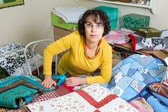 Sömmerska som arbetar på hennes patchwork Royaltyfri Bild