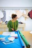 Sömmerska som klipper silkespappret Fotografering för Bildbyråer