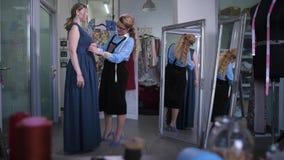 Sömmerskamöte med klienten för passande klänning lager videofilmer