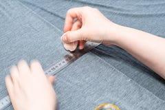 Sömmerskan drar modellen på grått tyg med tvål arkivfoto