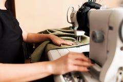 Sömmerskan syr kläder Royaltyfri Foto