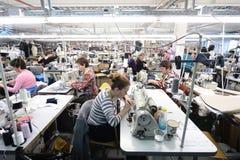 Sömmerskor som arbetar i kläderfabrik Royaltyfria Bilder