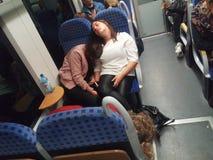 Sömn för tre kvinnor i ett fullt drev royaltyfria bilder