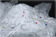 Sömnadbröllopsklänning, visare i tygmodellen Royaltyfri Foto
