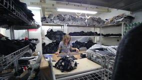 Sömnadfabrik Klädbransch Sömnad av yttre kläder stock video