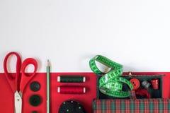 Sömnadtillbehör i röda och gröna färger royaltyfri fotografi