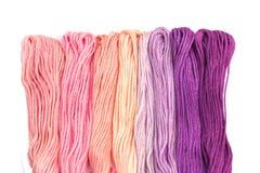 Sömnadtrådar för broderi (rosa färg- och lilasignalen) Arkivbilder