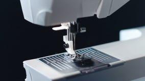 Sömnadvisare i ultrarapid Panorera på sömnadvisare av den moderna symaskinen arkivfilmer