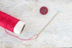 Sömnadvisare, röd tråd och en bästa sikt för knapp arkivbilder