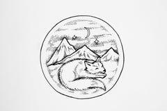 Sömnar för arktisk räv på en bakgrund av höga berg royaltyfri illustrationer