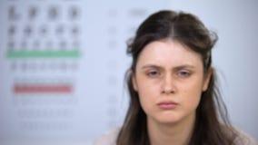 Sömnig överansträngd kvinnlig som ser till kameran, skadlig effekt på synförmåga, sammanbrott lager videofilmer