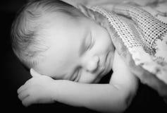 Sömnig nyfödd flicka Arkivfoton