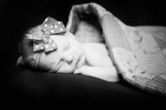 Sömnig nyfödd flicka Arkivbild