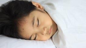 Sömnlös liten asiatisk unge stock video