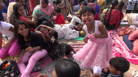 söndag folk nära den Dakshineswar Kali templet arkivfilmer