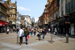 söndag shopping--Leeds Yorkshire Arkivfoton