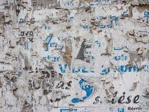 Sönderriven affischtextur kan användas som bakgrund Fotografering för Bildbyråer