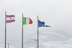 Sönderriven europeisk facklig flagga på vit bakgrund, Italien flagga royaltyfri fotografi