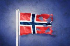 Sönderriven flagga av det Norge flyget mot grungebakgrund Royaltyfri Fotografi