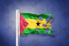 Sönderriven flagga av São Tomé och Príncipe mot grungebakgrund Royaltyfri Foto